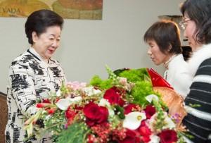 花束を受け取られる真のお母様