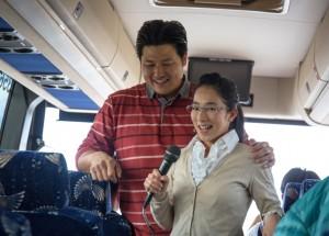 聖地に向かうバスでは歌や証しで盛り上がった(12月22日)