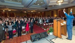 宋龍天・全国祝福家庭総連合会総会長の音頭で億万歳四唱を行う参加者