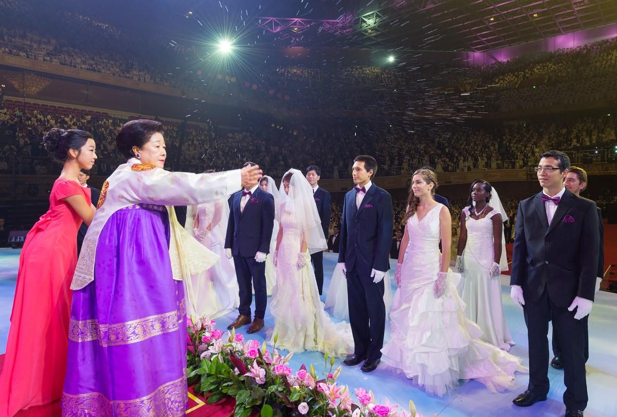 聖水をまく真のお母様(韓鶴子総裁)|世界平和統一家庭連合 News Online