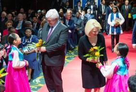 世界サミット2019にて、元・現職国家首脳らにリトルエンジェルス芸術団の少女たちが花束|世界平和統一家庭連合News Online