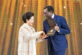 第3回鮮鶴平和賞授賞式にて、アフリカ開発銀行(AfDB)総裁のアキンウミ・アヨデジ・アデシナ博士と韓鶴子総裁が握手|世界平和統一家庭連合News Online