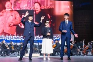 文鮮明 天地人真の父母 天宙聖和7周年記念敬礼式にて、韓鶴子総裁とお孫様を壇上にお迎えし、「オンマヤ、ヌナヤ(お母さん、お姉さん)」と「サランへ(愛している)」を全体で歌った|世界平和統一家庭連合