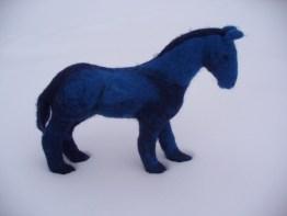 blaues PferdimSchnee