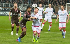 Hedlund fights for the ball