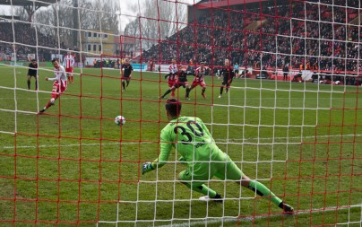 Steven Skrzybski converts a penalty - 1:1