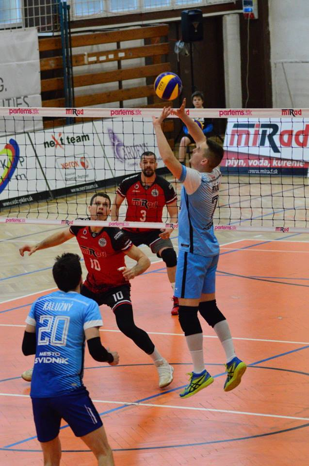 Hráči oboch tímov v akcii (Foto: Ján Falis)
