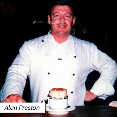 Barista Alan Preston servindo drink com café