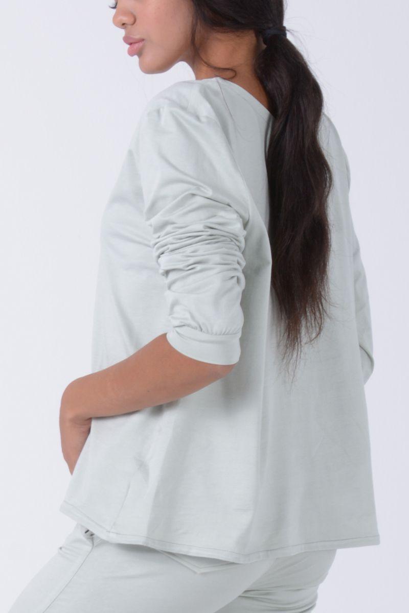 Camiseta amplia de manga larga con puños y cuello de barco. Color: Verde caqui pastel Composición: Algodón 100%. Talla: única
