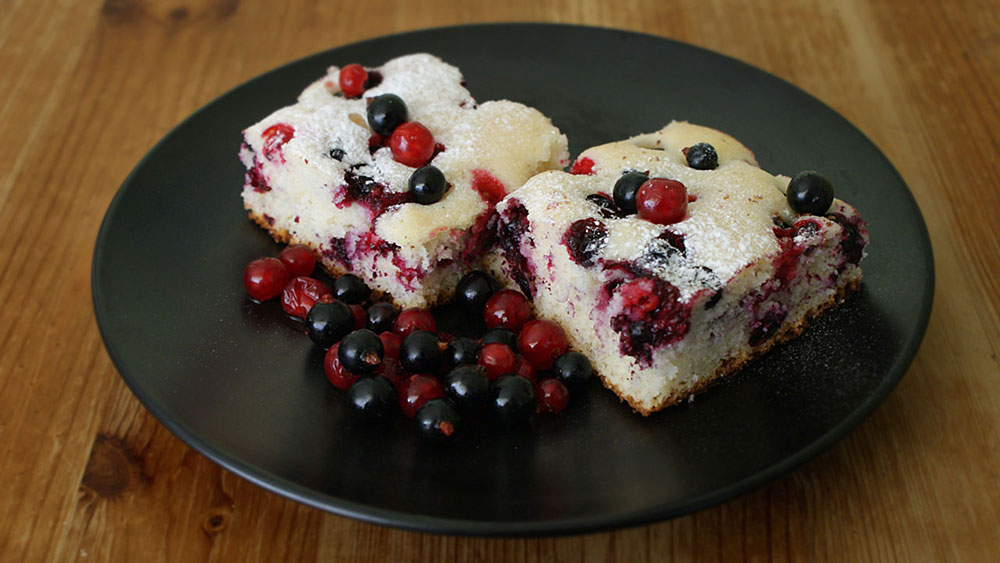 Bubbly Cake With Mixed Berries