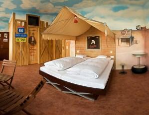 西部映画のセットのような寝室