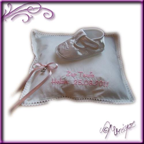 Taufschühchen auf Kissen, bestickt mit dem Namen des Täuflings sowie dem Datum der Taufe. Prima geeignet, um ein Geldgeschenk persönlich zu verpacken.