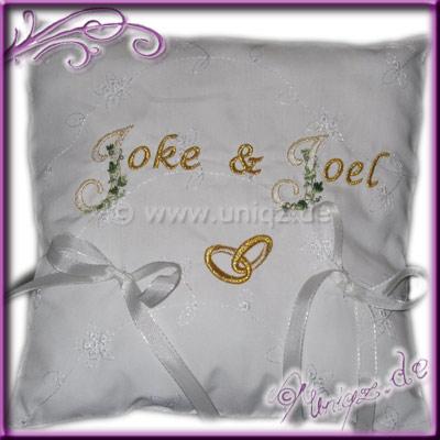 Ringkissen in weiß mit goldener Schrift und Ringen