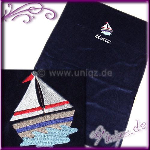 Nicki-Babydecke mit Namen und Segelboot in klassischem marineblau.