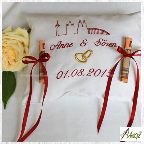 Individuell besticktes Geldgeschenk-Kissen zur Hochzeit.