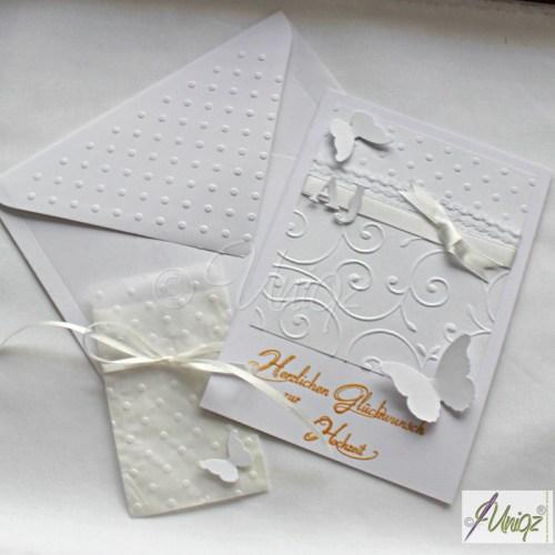 Hochzeitskarte mit Initialen, Schmetterlingen und aufwändiger Prägung