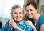 14995024-senior-femme-avec-son-fournisseur-de-soins-a-domicile
