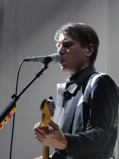 Alex Kapranos (chant,guitare), Franz Ferdinand au Zénith de Nancy. (photo : Léa Fox)
