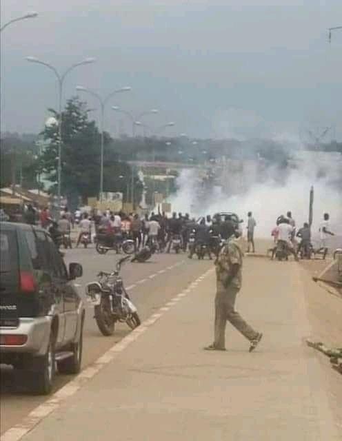 Des jeunes protestant contre un 3ème mandat de Ouattara et l'absence du nom de Soro Guillaume sur le listing électoral dispersés à coup de gaz lacrymogène ce mardi 11 oaût dans les rues de Ferkessédougou, ville natale du Président du GPS