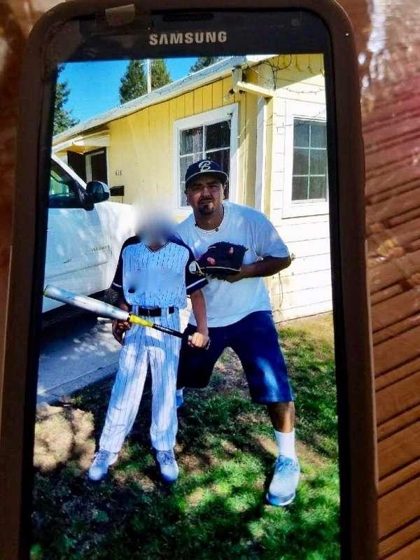 Rodrigo Núñez posa con su hijo donde residía con su familia antes de ser arrestado por ICE en mayo pasado. (foto suministrada)
