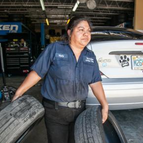 En fotos: Con su marido detenido por ICE, esta inmigrante se ha puesto al frente del taller de llantas familiar