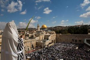 Worshipers at the Kotel during Sukkot. (Yonatan Sindel/Flash90)