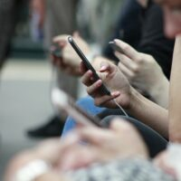 people on phones photo-1532356884227-66d7c0e9e4c2