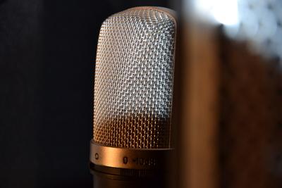 Ein Mikro und ein bisschen Software: Audioproduktion ist in den letzten Jahren erheblich einfacher geworden. (Foto: Andreas Carjell/pixelio.de)