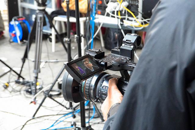 Früher wäre das ein Job für TV-Journalisten gewesen - heute sind digitale Journalisten generell gut beraten, wenn sie mit dem Thema Bewegbild umgehen können. Und mit einigen anderen auch noch...(Foto: Jakubetz)