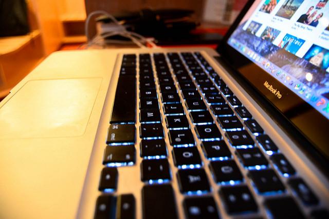 Klassisch auf dem Desktop und der guten, altem Homepage werden auch journalistische Inhalte immer weniger gelesen. Aber soll man sich Facebook deswegen gleich komplett ausliefern? (Foto: Jakubetz)