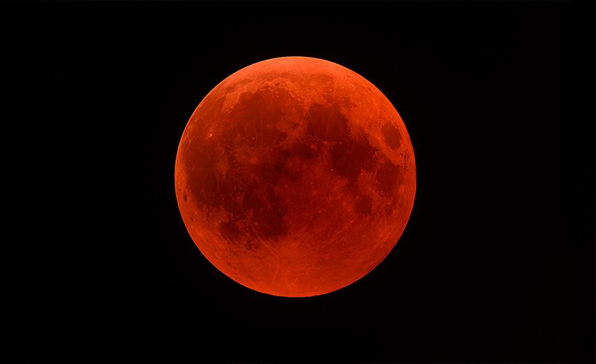 Luna roja aparece en el cielo y llama la atención en redes sociales