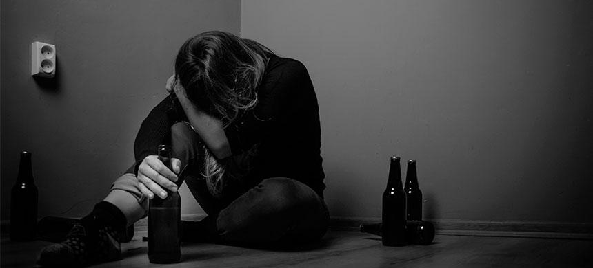 Consumo de alcohol aumenta el riesgo de suicidios
