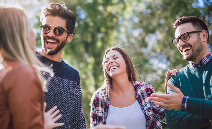 Estudio dice a qué edad las personas se sienten felices