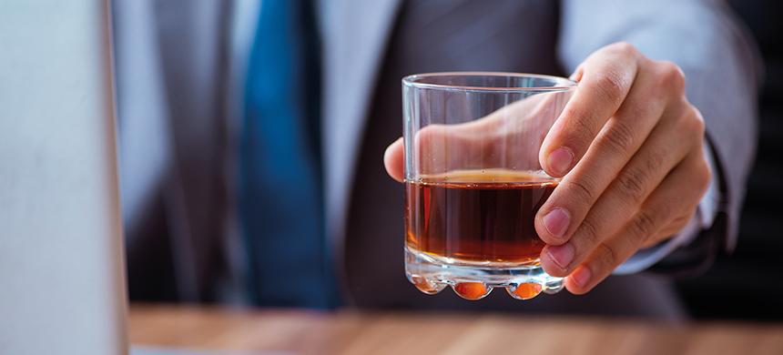 Entre mayor es el grado escolar, más gastan en alcohol, revela estudio