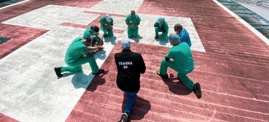 En Estados Unidos, los profesionales de la salud oran por las personas