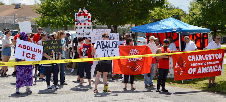 Manifestantes se congregaron frente a la cárcel Al Cannon de North Charleston