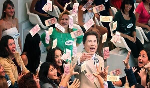 silvio santos jogando dinheiro para a plateia