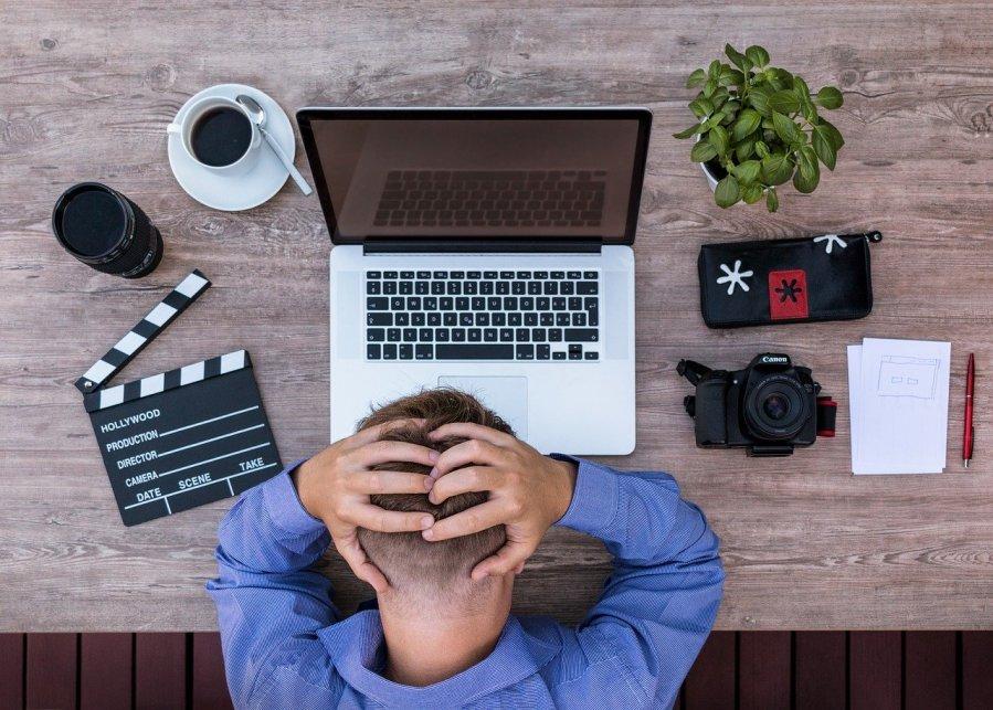 Hombre frustrado. Bloqueo del escritor