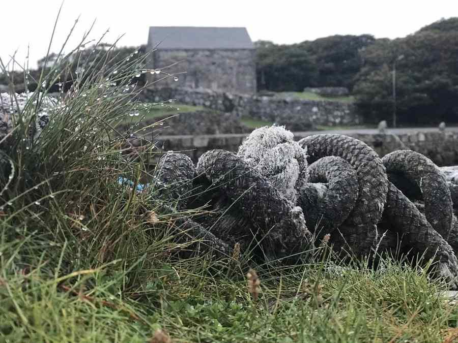 Sogas y rocío junto a un puerto irlandés.