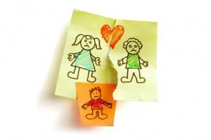 Disegno raffigurante una separazione di coppia e un bambino nel centro