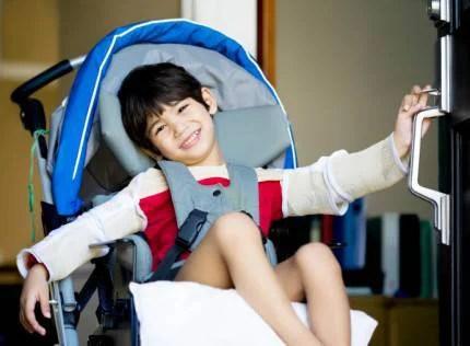 Bambino disabile in carrozzina