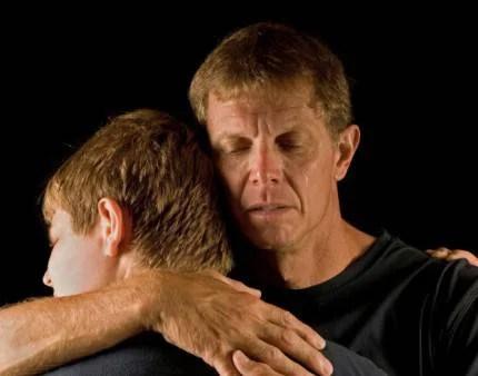 padre abbraccia figlio