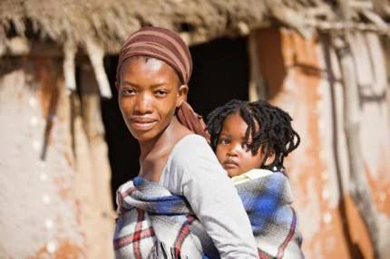 Mamma africana con bambino sulle spalle