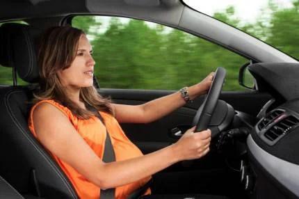 Donna gravida al volante