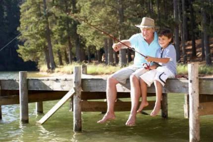 nonno e nipote che pescano