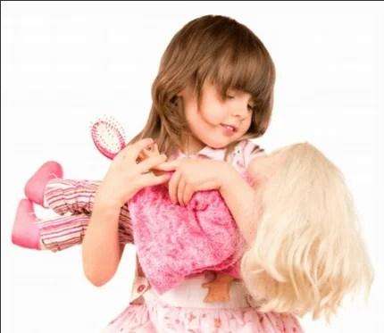 bambina stringe al petto una bambola rosa