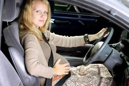 donna incinta con cinture di sicurezza