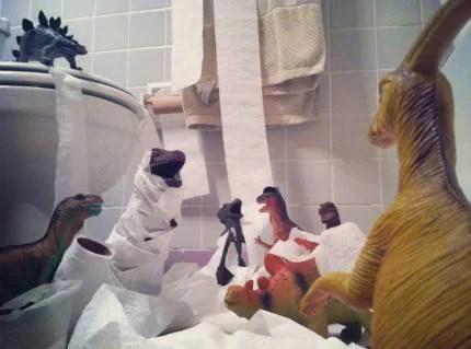 dinosauri giocano con carta igienica