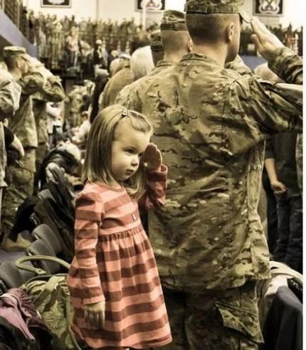 bimba saluta soldati