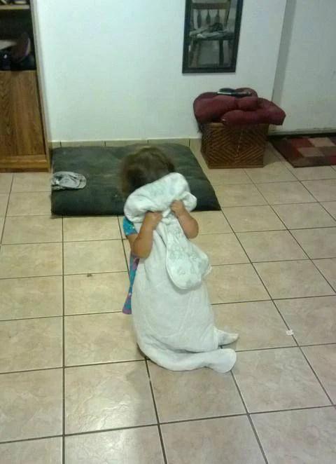 bimba si nasconde dietro coperta